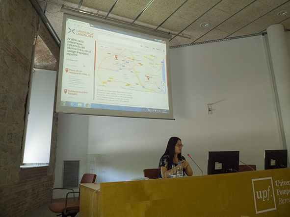 Blanca presentando su proyecto de Language Landscape sobre interlengua hispano-china.